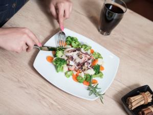 Manger-en-pleine-conscience-plus-de-plaisir-et-moins-de-calories-ingurgitees_width620